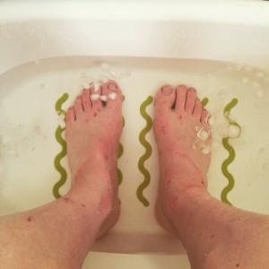 Desperat försök att snabba upp återhämtningen av fötterna igår