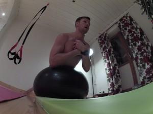 Rygglyft på pilatesboll med kettlebell